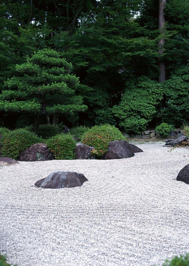 Via all'aperto giapponese del giardino con i cespugli verdi ed il fondo di pavimentazione di pietra fotografia stock