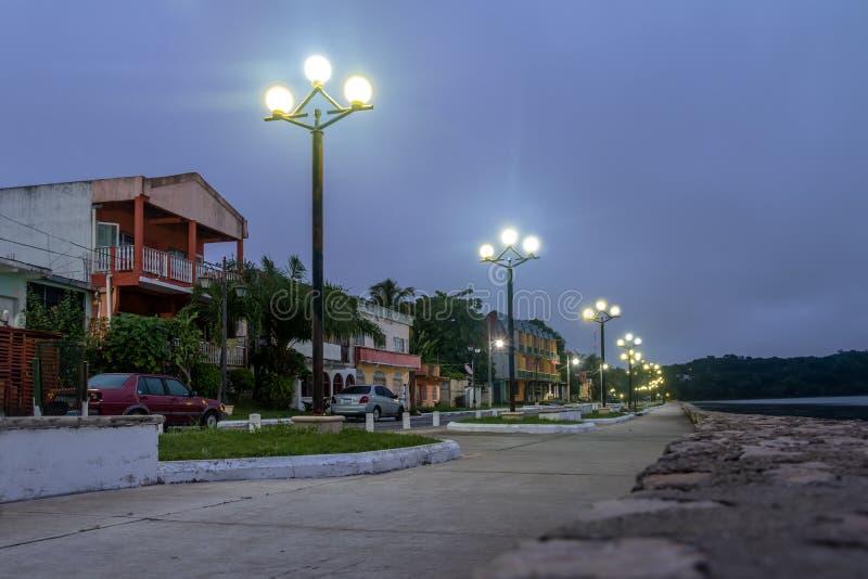 Via alla notte - Flores, Peten, Guatemala di lungomare immagini stock