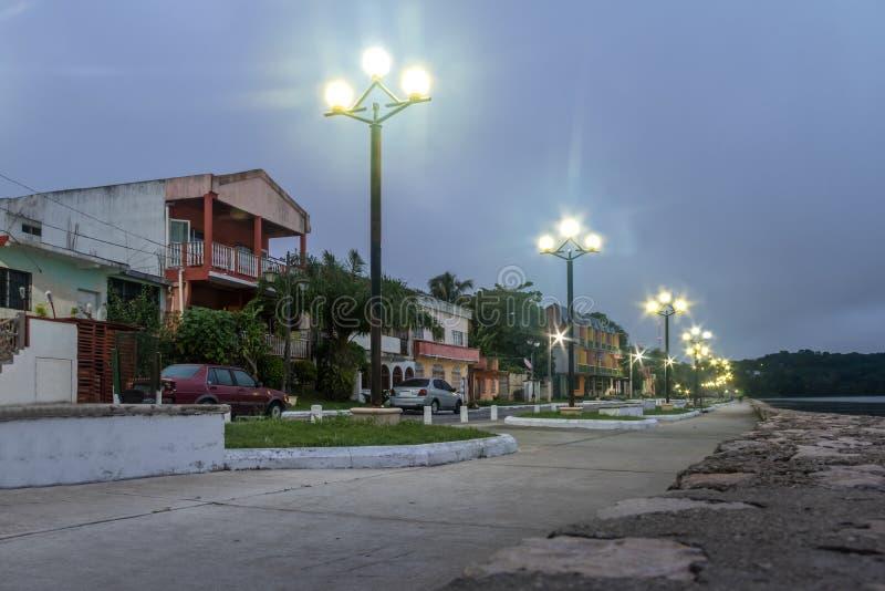 Via alla notte - Flores, Peten, Guatemala di lungomare fotografia stock
