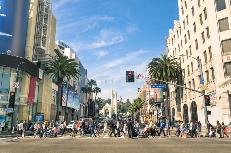 Via ammucchiata con la gente multirazziale in boulevard Los Angeles di Hollywood immagine stock