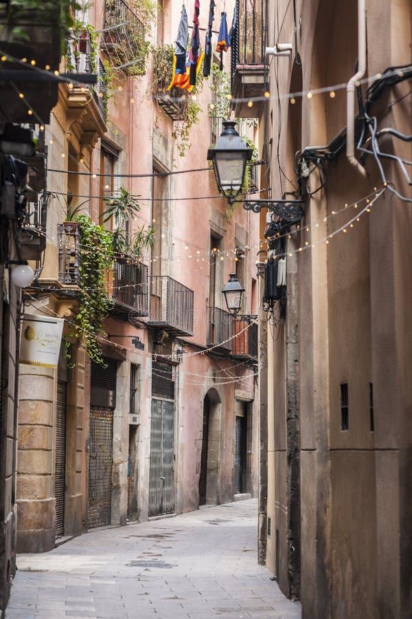 Via antica e stretta nel quarto sopportato EL di Barcellona fotografia stock libera da diritti