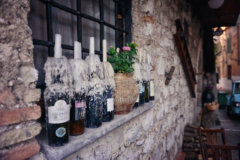 Via calma e italiana La finestra della casa è decorata con le candele fotografia stock
