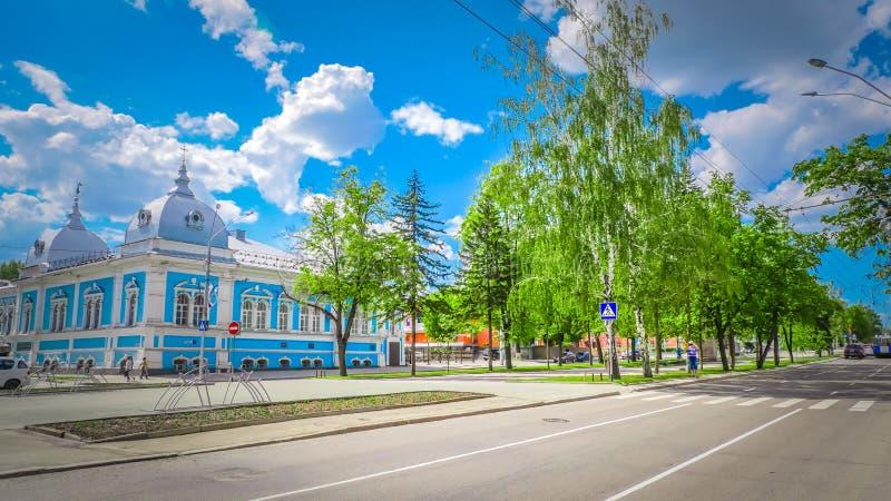Via centrale con le costruzioni storiche nel centro urbano di Barnaul in Siberia, Russia immagini stock