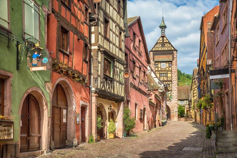 Via centrale del villaggio di Riquewihr, l'Alsazia fotografia stock