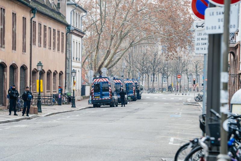 Via chiusa con i furgoni e l'ufficiale di polizia di polizia a Strasburgo fotografia stock