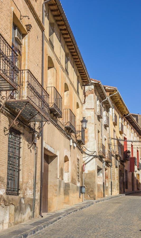 Via Cobblestoned e vecchie case a Daroca immagini stock