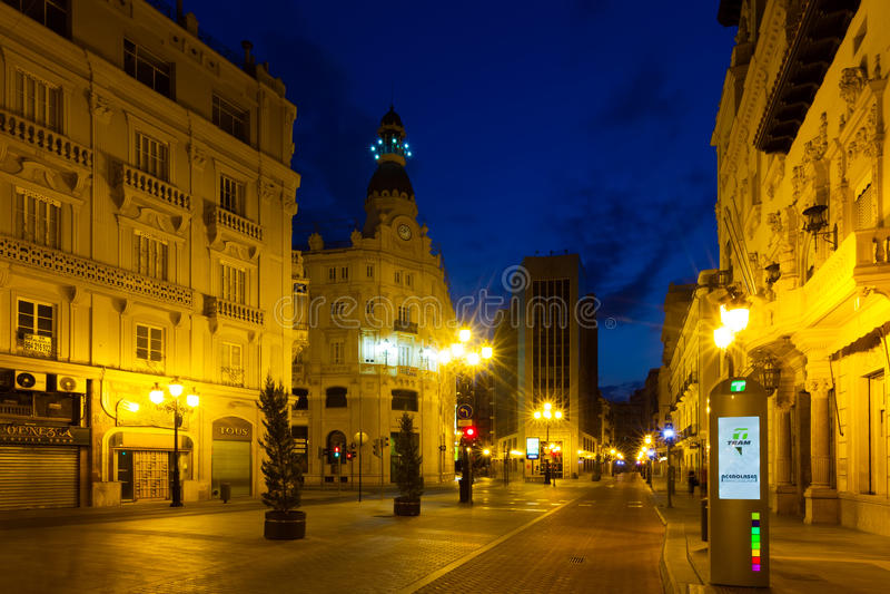 Via commerciale nella notte Castellon De La Plana immagine stock libera da diritti