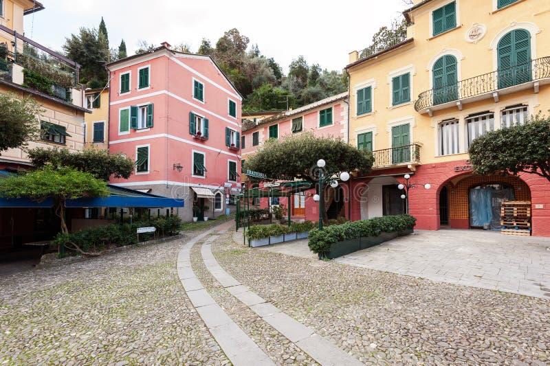 Via con architettura italiana tradizionale nella città di Portofino, Liguria, Italia fotografia stock