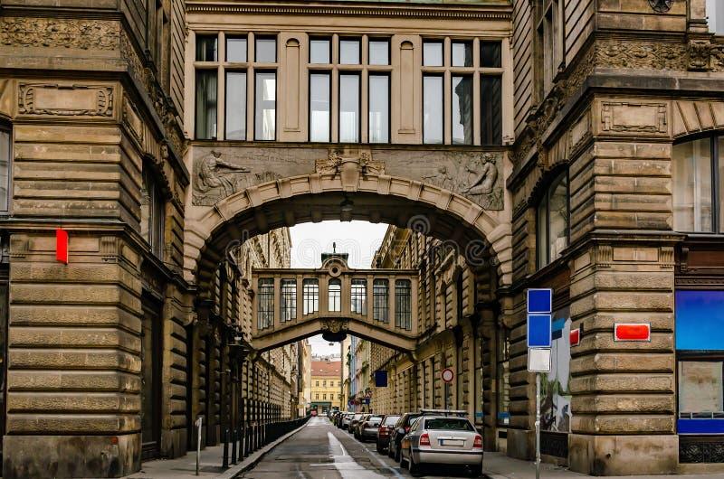 Via con gli incroci fra la repubblica Ceca del centro di Praga delle costruzioni fotografia stock
