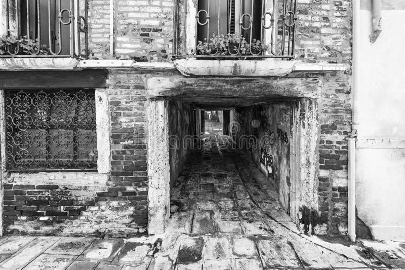 Via con l'arco a Venezia immagini stock