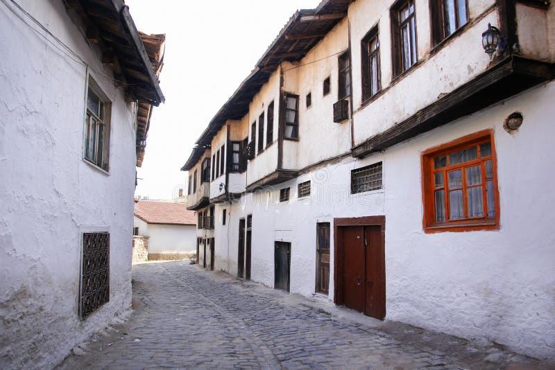 Via con le case di stile dell'ottomano in Kutahya Turchia fotografia stock