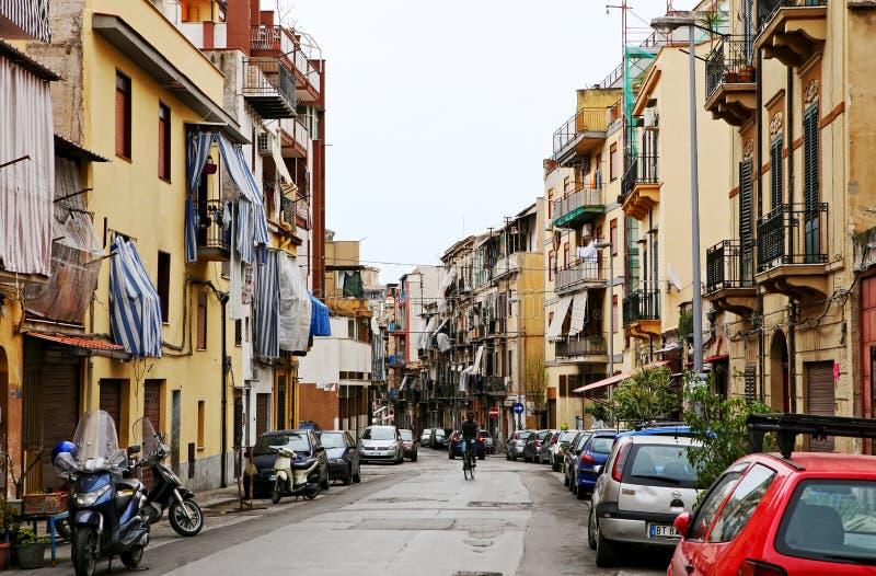 Via con le costruzioni ed i negozi di appartamento italiani tipici a Palermo fotografie stock libere da diritti