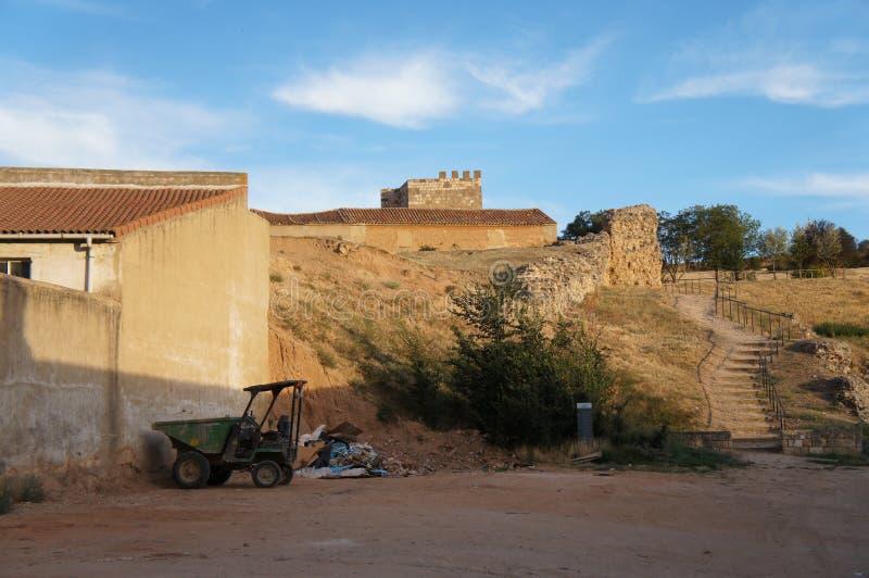 Via con le vecchie case in villaggio spagnolo immagine stock libera da diritti