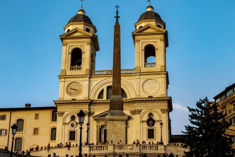 Via Condotti met op achtergrond Trinit? dei Monti, de beroemde trap die Piazza Di Spagna overziet royalty-vrije stock afbeelding