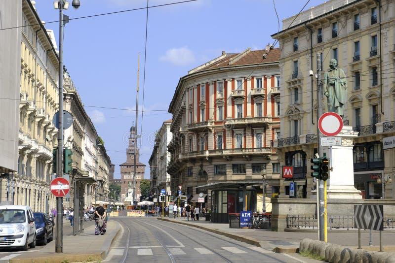 Via Dante I bakgrunden faaden av den Sforza slotten Milan Italien royaltyfria foton