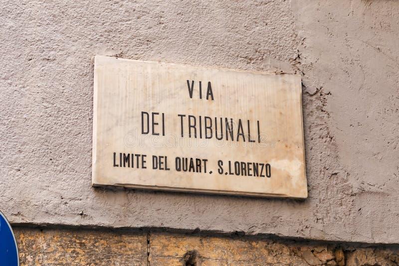 Via de Straatteken van Dei Tribunali in Napels, Italië stock afbeeldingen