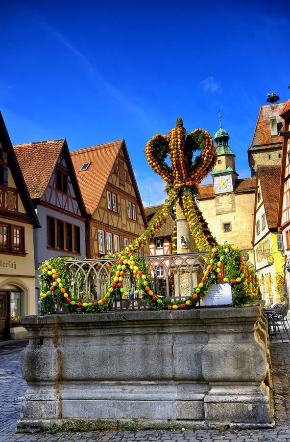 Via decorata per pasqua nel tauber del der del ob del rothenburg fotografia stock libera da diritti