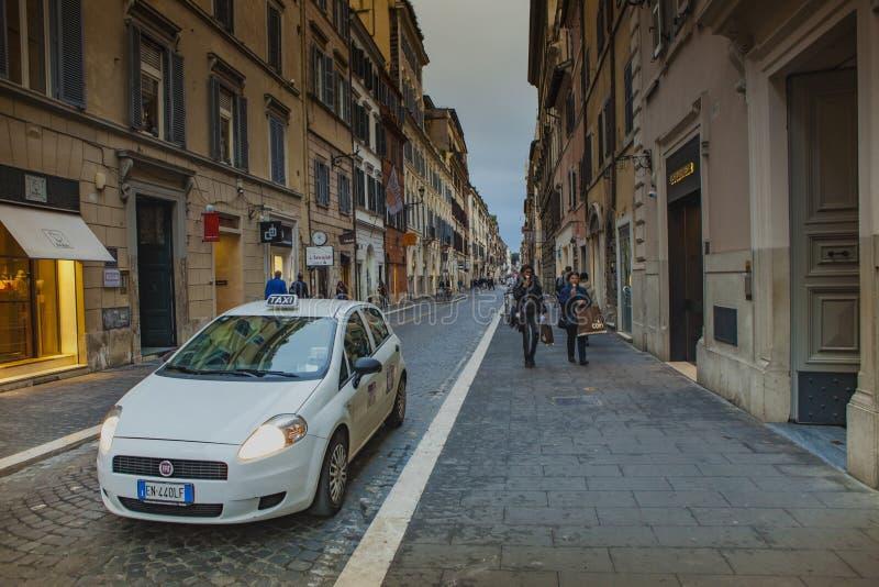 VIA DEL BABUINO ROME ITALIË - 8 NOVEMBER: via del babuino straat belangrijk het winkelen gebied tussen piazza del popolo en Spaan royalty-vrije stock foto's