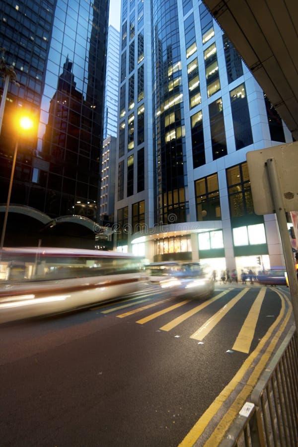 Via del distretto di Hong Kong Central nella penombra con archit moderno fotografia stock