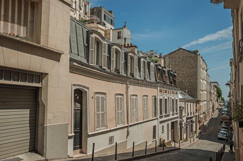 Via del pendio di Montmartre con le costruzioni semi-indipendenti in un giorno soleggiato di sera a Parigi fotografia stock libera da diritti