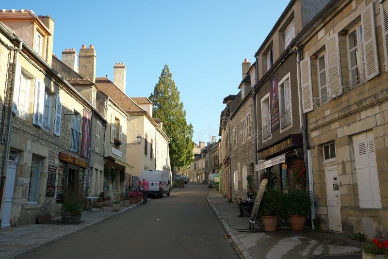 Via del Saint Pierre verso la basilica Sainte-Marie-Madeleine in Vezelay fotografia stock libera da diritti