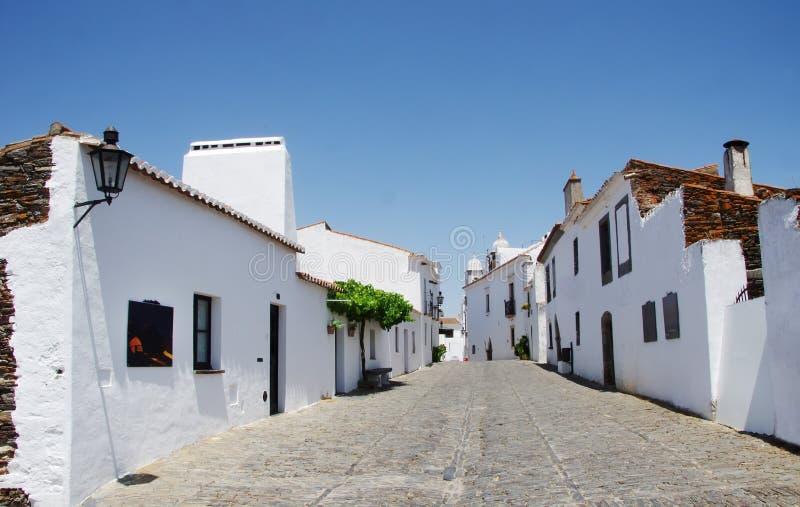 Via del villaggio di Monsaraz nella regione dell'Alentejo immagine stock