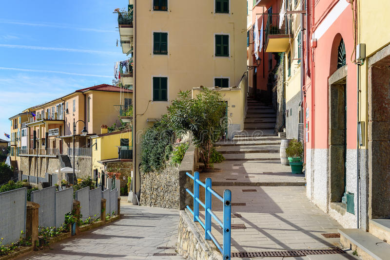 Via dell'asfalto della città di Riomaggiore in Italia immagine stock libera da diritti