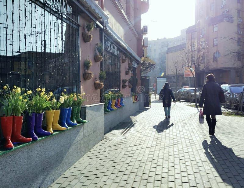 Via della città con i fiori della molla fotografie stock