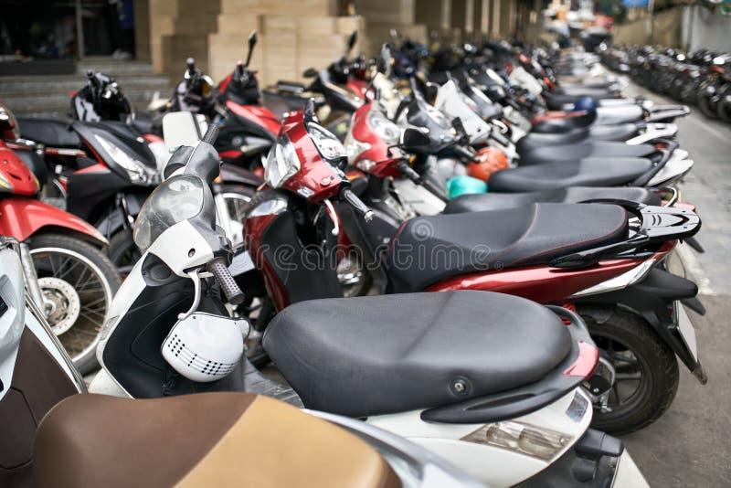 Via della città con il lotto dei motocicli parcheggiati a luce del giorno immagini stock libere da diritti