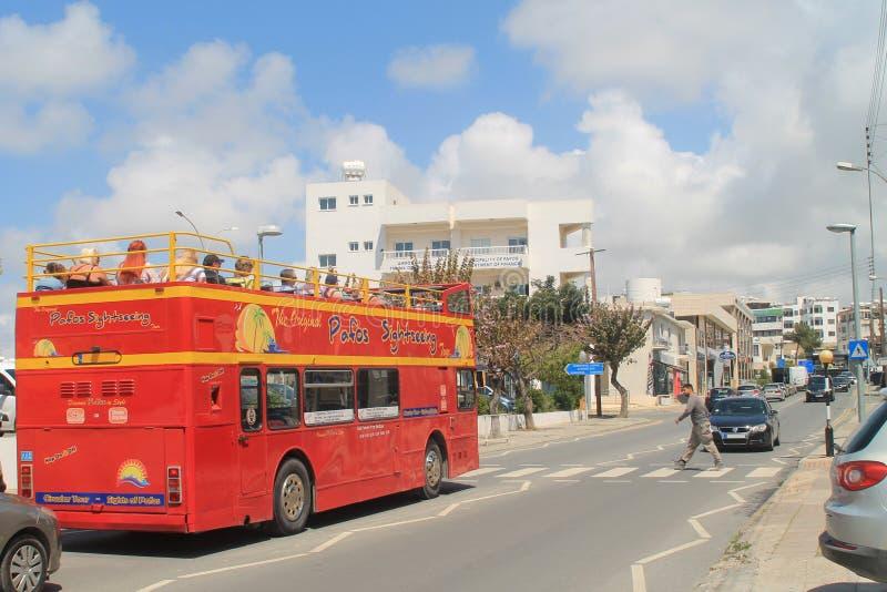 Via della città con le automobili, il bus ed il pedone immagini stock