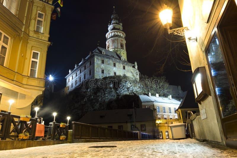 Via della città di Cesky Krumlov su una sera di inverno immagini stock libere da diritti