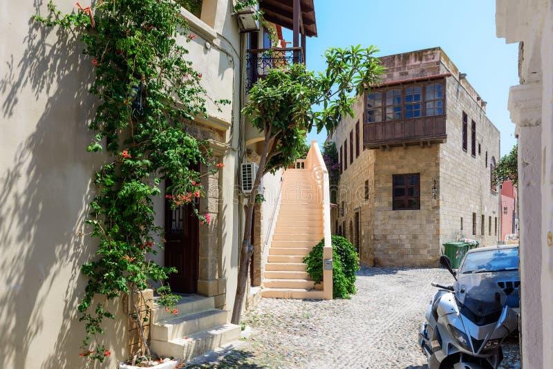 Via della città di Rodi con le vecchie case e le vie strette fotografia stock libera da diritti