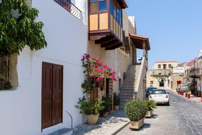 Via della città di Rodi con le vecchie case e le vie strette Isola della Rodi, Grecia immagini stock libere da diritti
