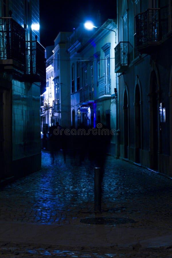 Via della città di Tavira di notte immagine stock