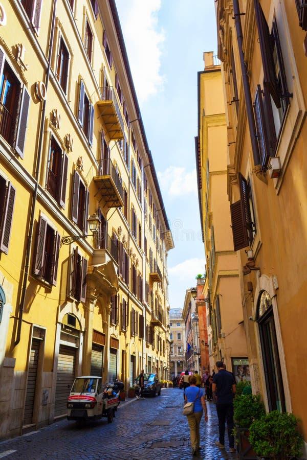 Via della Colonna Antonina calle histórica Roma, Italia fotografía de archivo