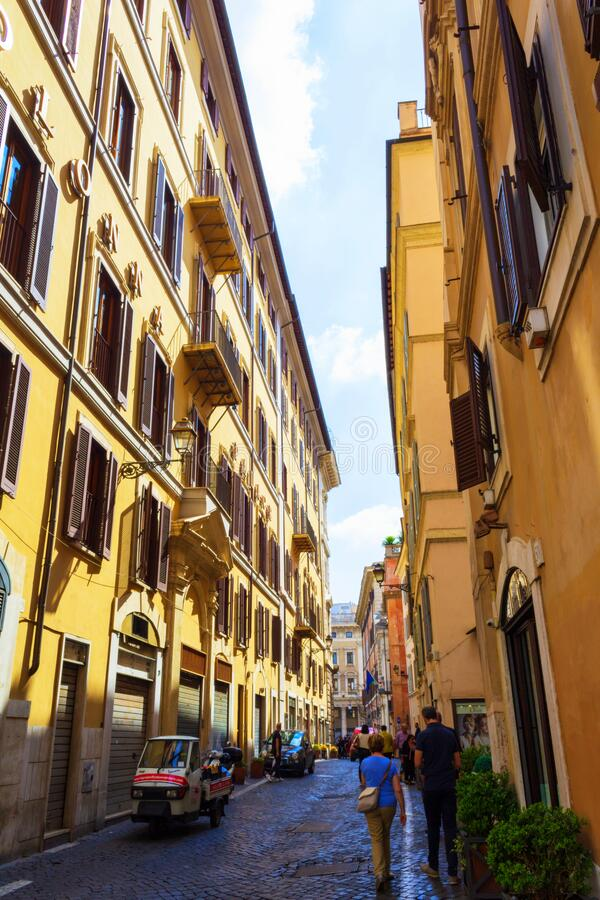 Via della Colonna Antonina Rua histórica Roma, Itália fotografia de stock