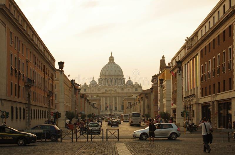 Via della Conciliazione en Heilige Peter Cathedral stock foto's