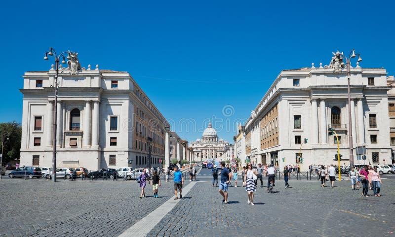 Via della Conciliazione in Rome Italië Stedelijke scène met via della Conciliazione en Heilige Peter Cathedral royalty-vrije stock afbeeldingen