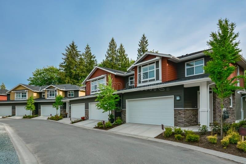 Via delle case triplex residenziali nuovissime pronte per muoversi dentro immagine stock libera da diritti