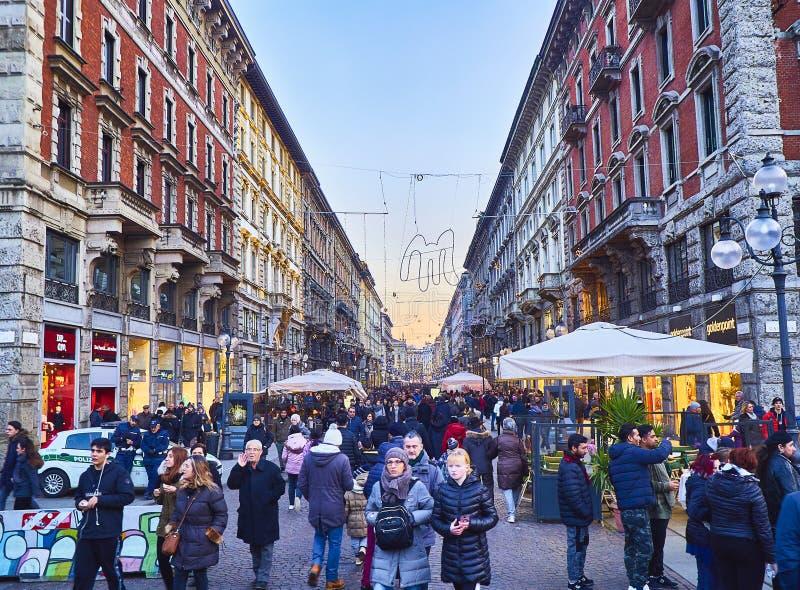 Via den Dante gatan på skymning Milan Lombardy, Italien arkivfoton