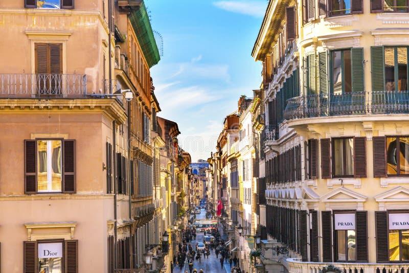 Via den smala gatan Rome Italien Condotti för berömd shopping royaltyfri bild