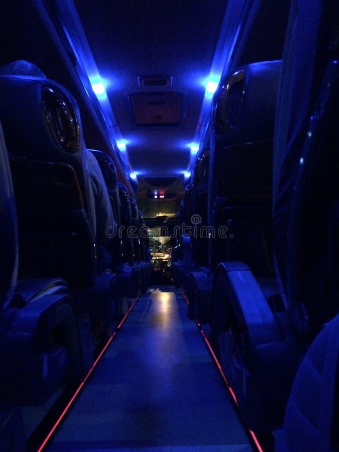 Via di accesso principale accesa alla notte fotografia stock