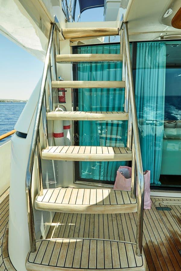 Via di accesso principale di legno su un yacht di lusso al Mar Rosso della piattaforma superiore fotografia stock