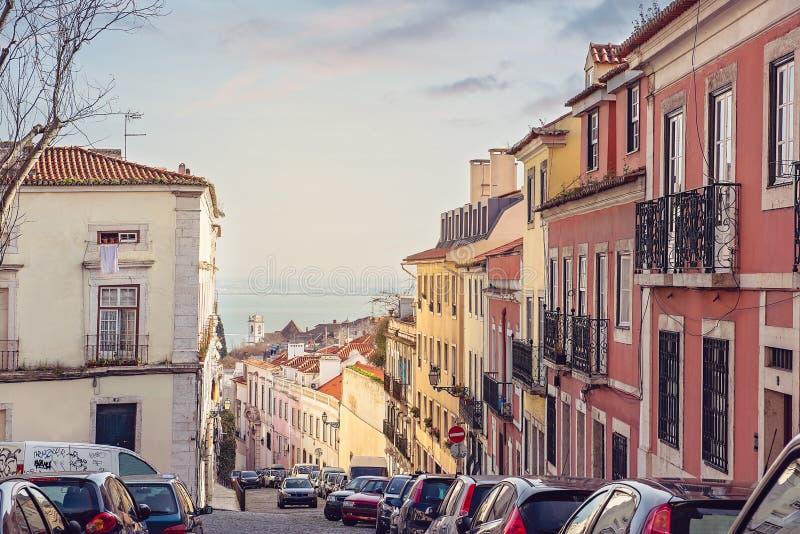 Via di Alfama, Lisbona, Portogallo fotografia stock libera da diritti