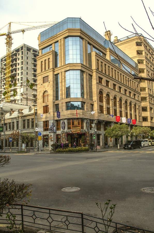 Via di Amiryan con la via di Teryan, con una bella costruzione sull'angolo con una sovrastruttura del travertino giallastro sopra fotografia stock libera da diritti