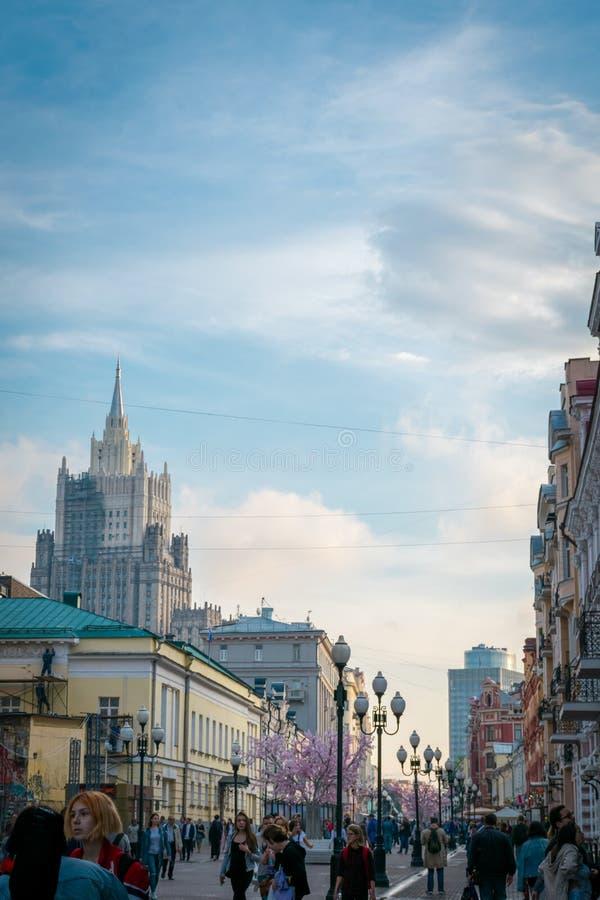 Via di Arbat, una delle attrazioni turistiche principali di Mosca, la Russia fotografie stock