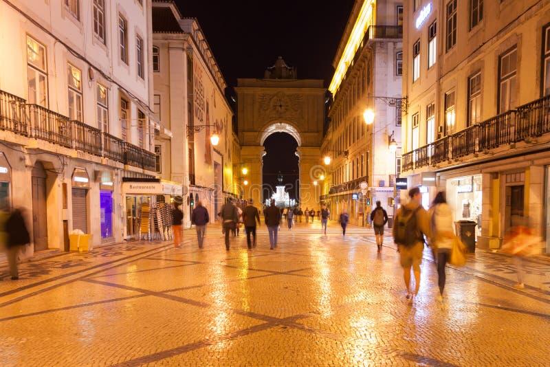 Via di Augusta di notte vicino al quadrato di commercio a Lisbona, Portuga fotografia stock