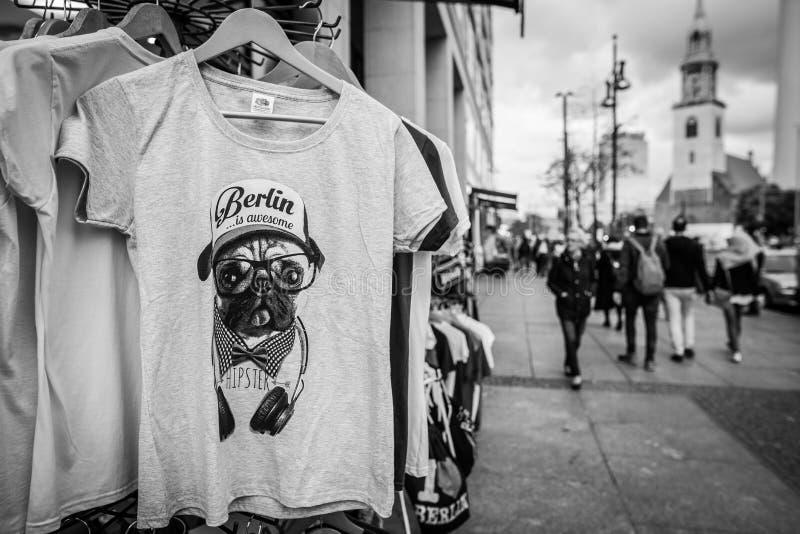 Via di Berlino con la maglietta turistica immagine stock libera da diritti