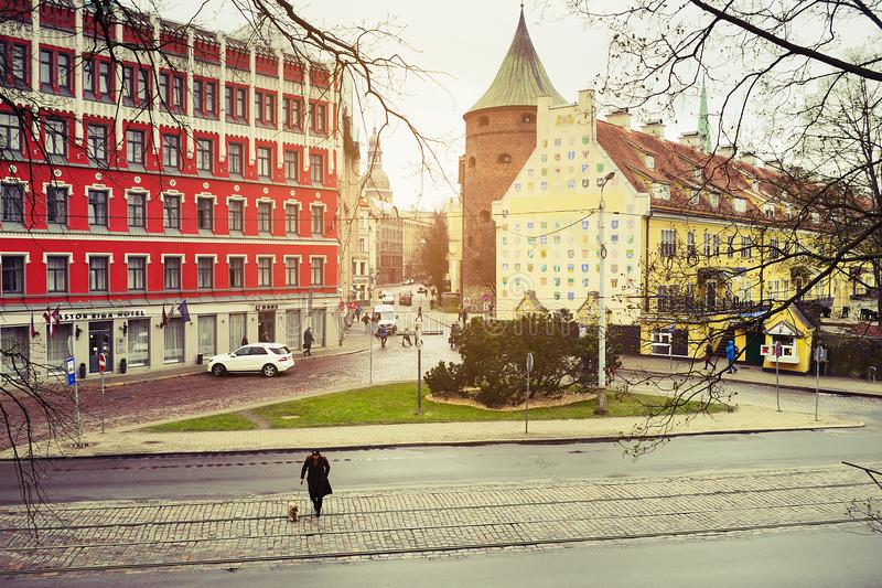 Via di bulvaris di Zigfrida Annas Meierovica e via di iela di Smilsu a Riga, Lettonia fotografie stock