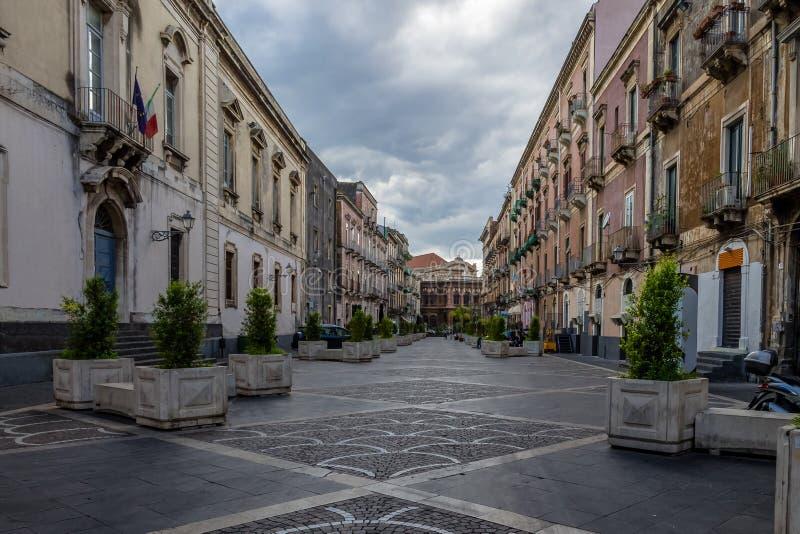 Via di Catania con il teatro famoso Teatro Bellini di opera su fondo - Catania, Sicilia, Italia immagini stock libere da diritti
